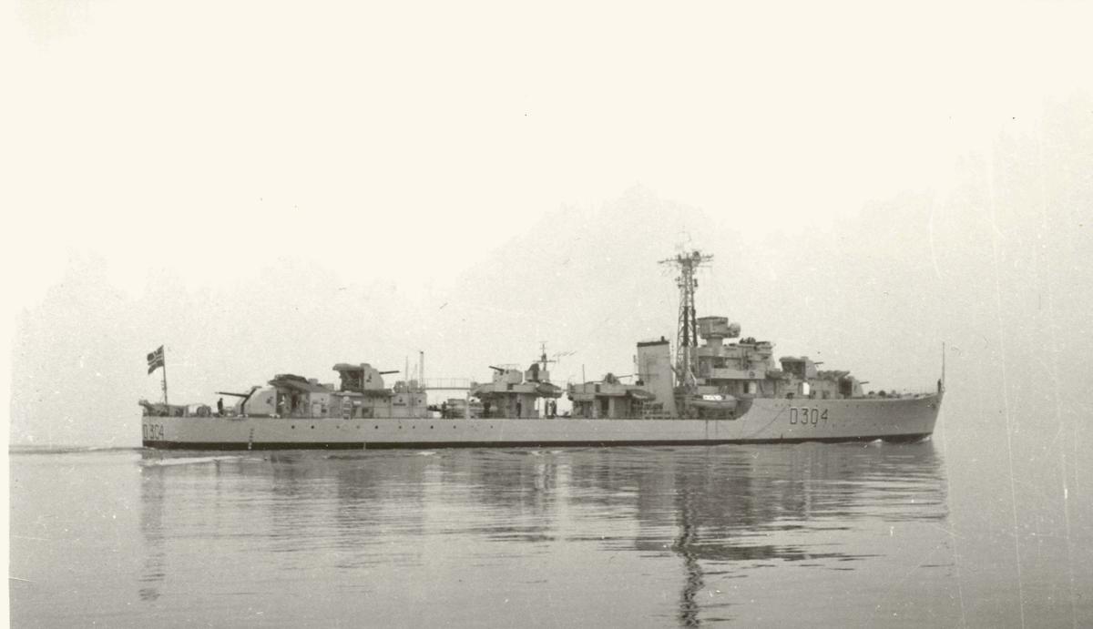 "Motiv: Jageren KNM ""Bergen"" (D304) Styrbord bredside"