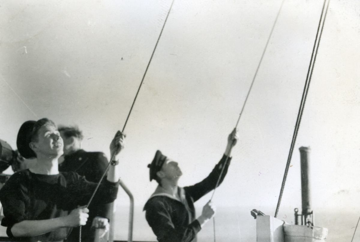 "Album Glaisdale H.Nor.M.S. ""Glaisdale"". Fotograf: Knutdzon. Signalmenn gjør signalflagget klart."