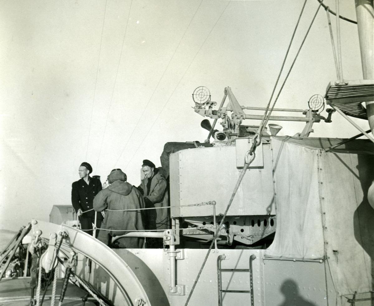 """Album Glaisdale H.Nor.M.S. """"Glaisdale"""". Fotograf: Keystone press. Noen av mannskapet nær Pom-Pom."""