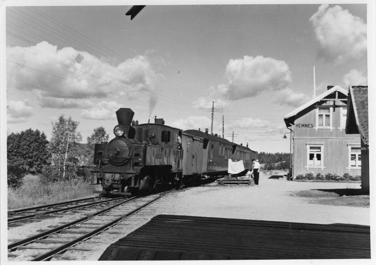 Lok 4 Setskogen i tog 2051 har ankommet Hemnes stasjon.