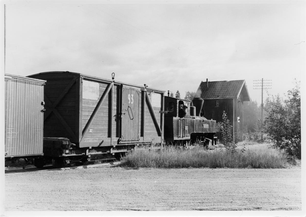 Lok 4 Setskogen avventer avgang fra Finstadbru stasjon. I bakgrunnen det gamle vanntårnet.