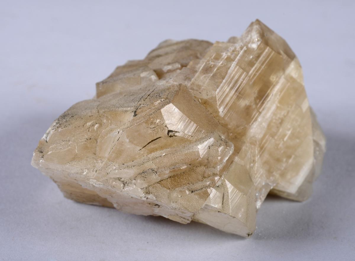 Kalsitt Ca[CO3] Karbonat Med varierende krysstallformer Far Hovedgruben.