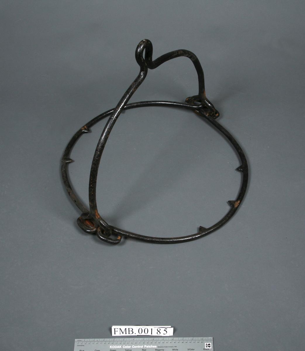 3 halvsirkelformete ledd, koblet sammen via 2 øyer, det ene leddet har en ring midt på toppen. Leddene har gripetagger.