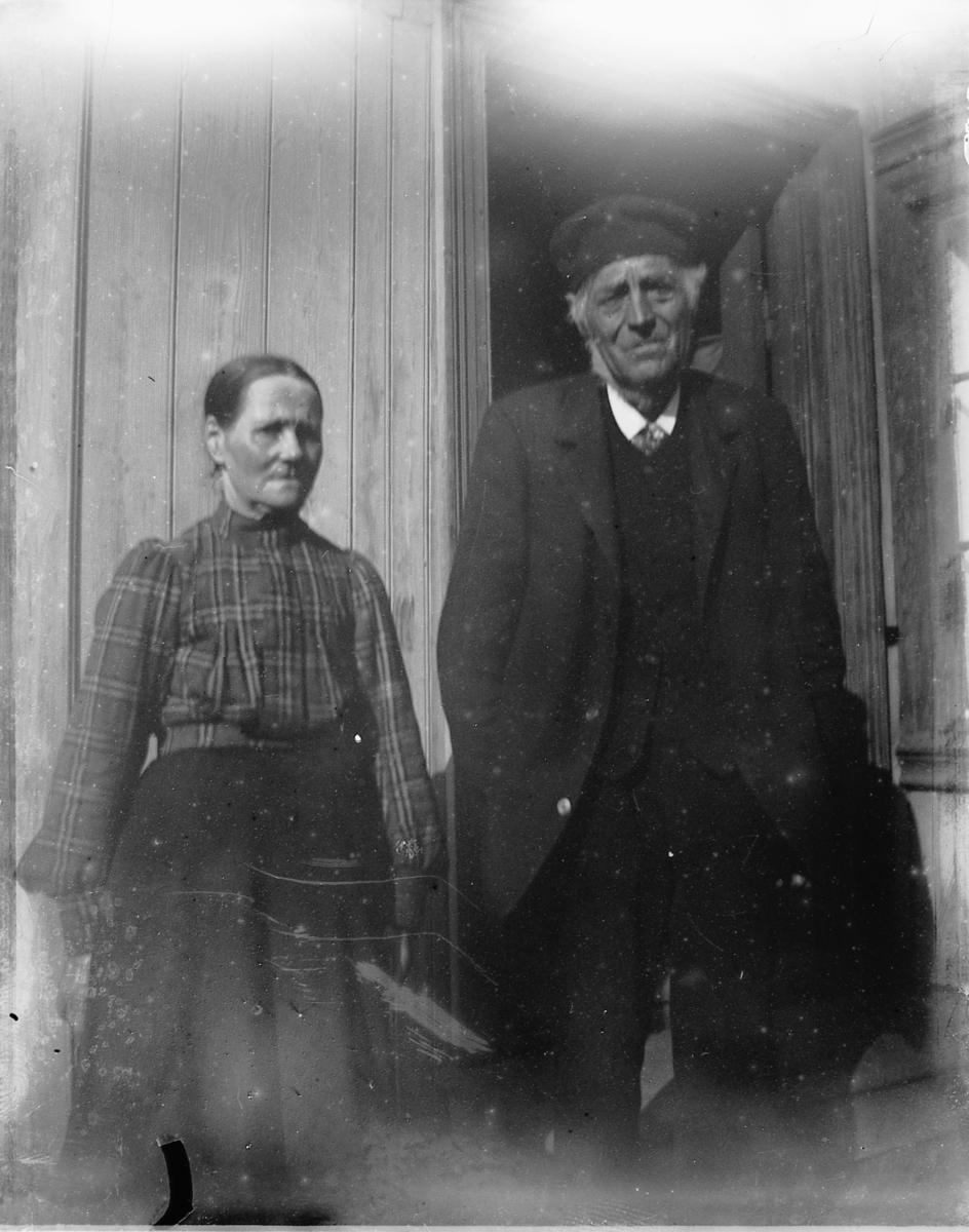 Skomaker Johannes Johnsen (1826-1908) og Agnete Jacobsdatter (1824-1904) som er foreldrene til bakemester Olaus Johannessen f.1856. (I et familiealbum er dette nevnt). De bodde på Bratlien på Helgøya hos sin eldste sønn Jakob Johannessen (1850-1923)de siste årene.