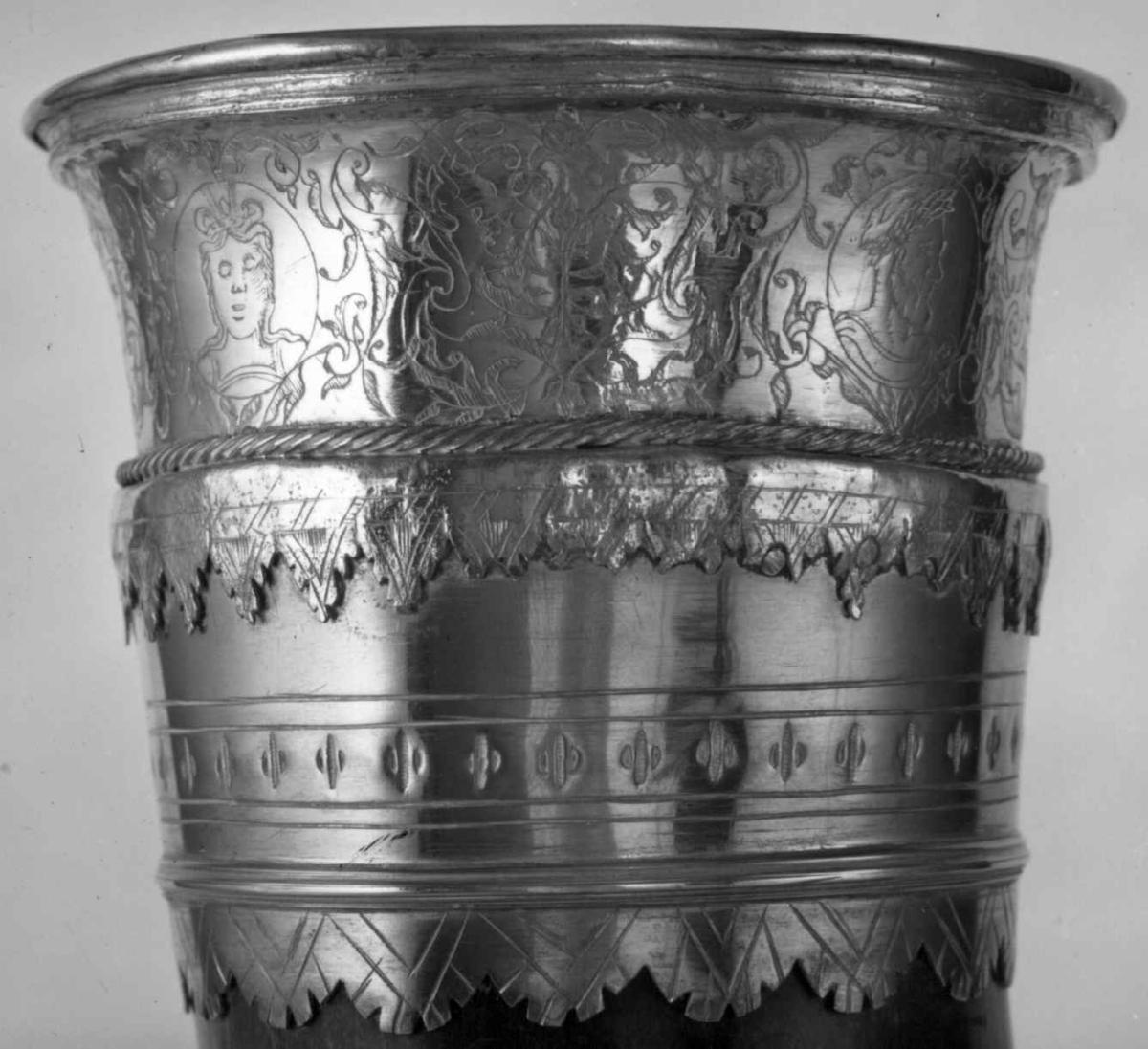 Drikkehorn med graverte beslag i kobberlegering og forgylt sølv i munningen.