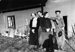 """Fire mennesker foran """"Primusen"""" på Oslo Godtemplarungdomslag"""