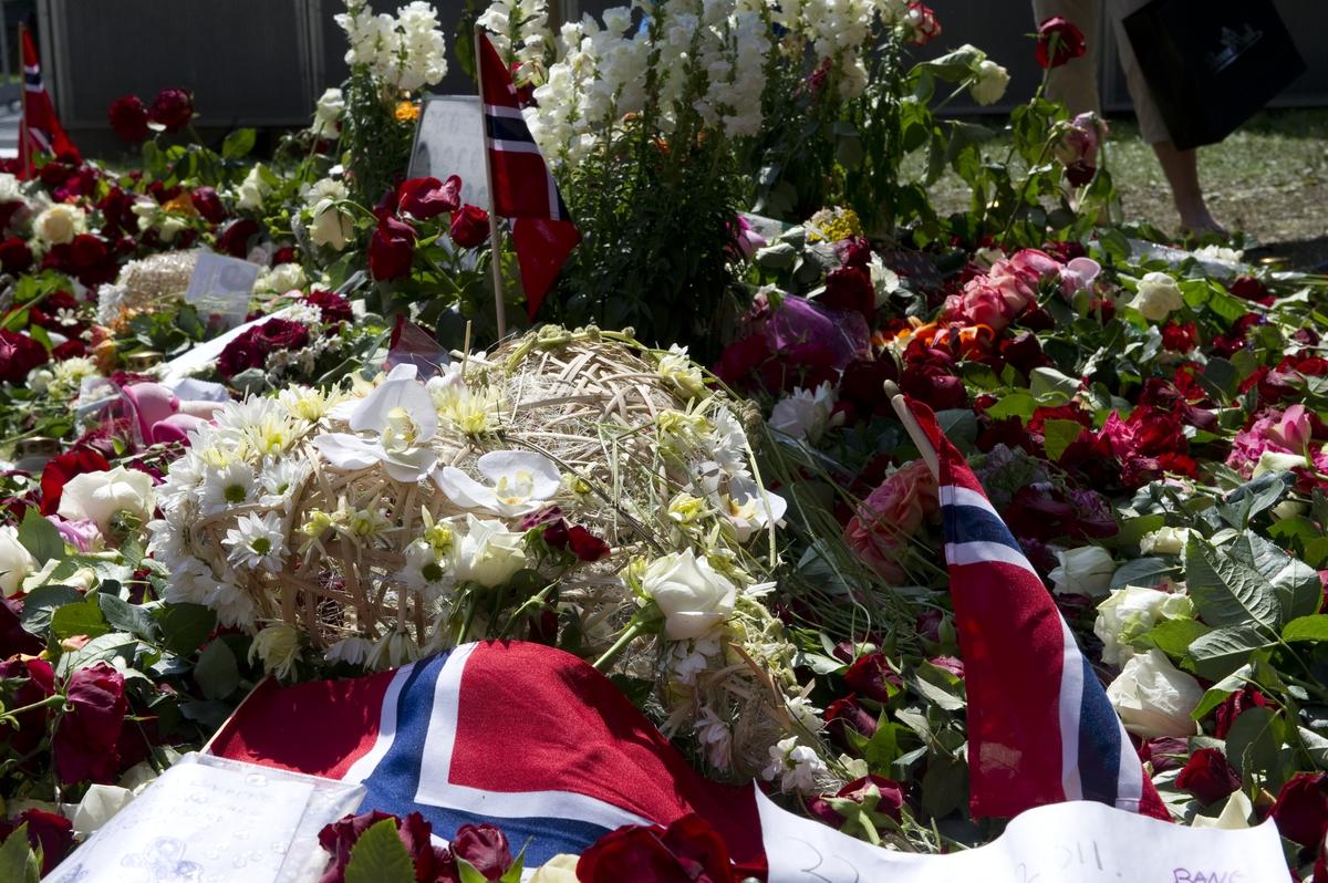 Ved Oslo domkirke. Blomster og kondolanser lagt ned i Oslo sentrum i forbindelse med ettårsdagen for terrorhandlingene i Oslo og på Utøya.