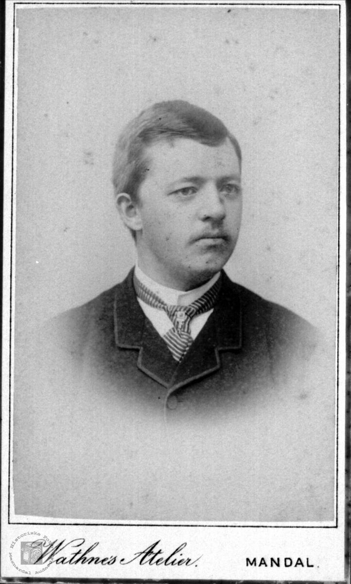 Portrett av ukjent mann, trolig fra Konsmo eller Laudalsområdet.