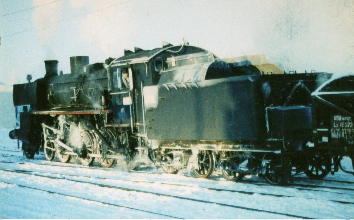 Damplok 26c nr. 411 har ankommet Kongsvinger stasjon med godstog en kald vinterdag.