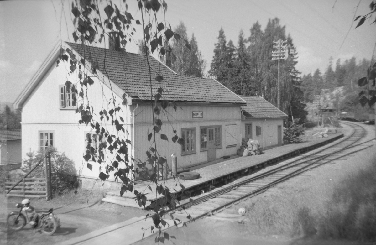 Morud holdeplass på Krøderbanen. Fotografens motorsykkel fabrikat DKW i forgrunnen.