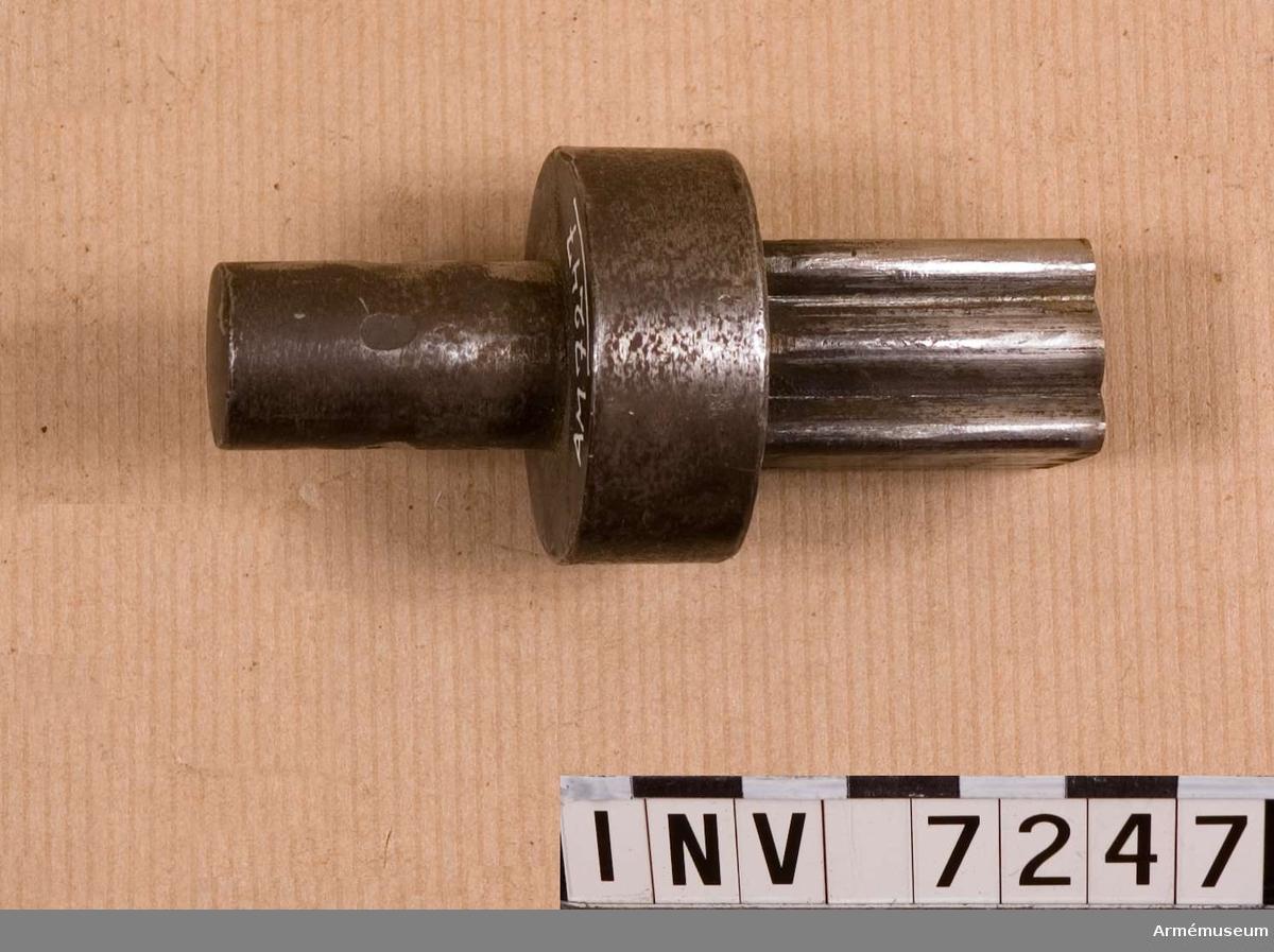 Tillverkare av original: H. Müller i Stockholm. Den s.k. stansen eller handelen. Stansdelen är avpassad till dynan, att slås igenom.