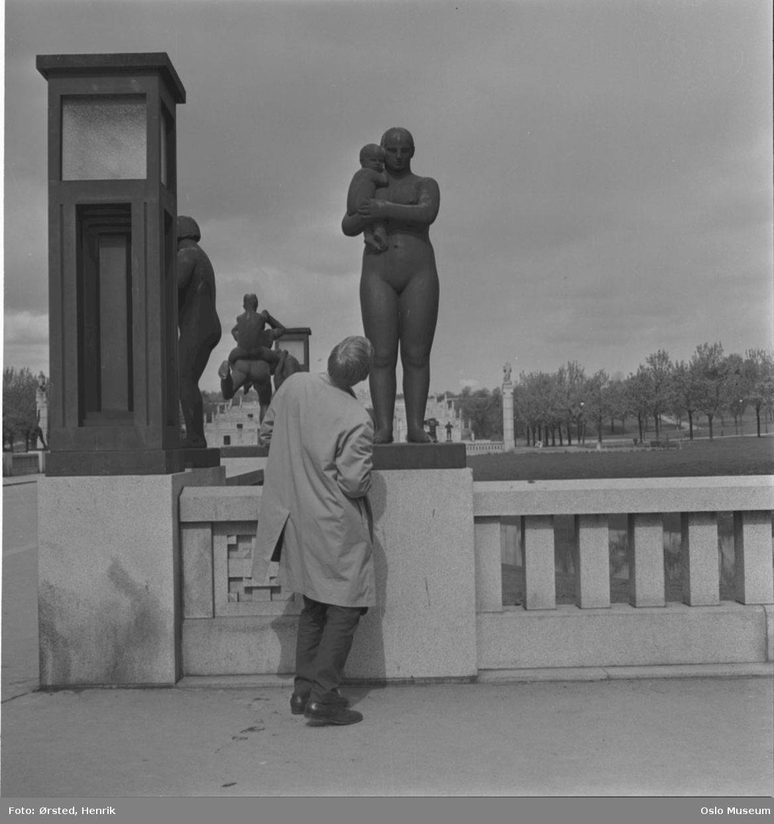 skulpturpark, kvinneskulptur, mann