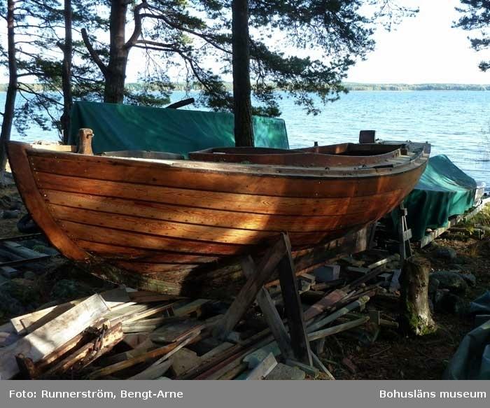 Klinkbyggd julle, Långedragsjulle,  av typen J 18. Båten är oklassad. Lackad, vit bvattenlinje, svart bottenfärg. Fäste för utombordsmotor.  Båten har en ursågning vid kölen för en 45 kilos järnten. Detta var embryot till senare järnkölar.