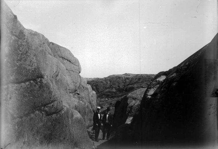 """Enligt text som medföljde bilden: """"Lysekil. Bergspasset vid Hästevik 3/6 1900."""""""