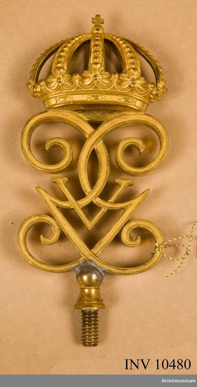 """Grupp B I.  Duk av fyrskaftat fansiden, mörkblått. Broderat lika på båda sidor, i mitten visande Svärdsordens tecken. Konturer i korset med frans av guldband och fyllning av silver. Små kronor i guld  med blå kontur, röda och blå stenar. Korslagda svärd upptill och ett stående svärd nedtill i silver med paljetter. Sluten krona upptill lik småkronorna med rött foder. Små kronor i hörnen, öppna med blå kontur, rött foder och ljusblå och röda stenar, allt i silke.  Inskription: Bornhöft d. 7 dec. 1813. Duken är kantad med blått silkeband. Frans.Stång vit med guld utan karbinbygel. Doppsko av järn. Holk av förgylld mässing med inskription: """"GIVIT TILL MÖRNERSKA HUSSAR REGEMENTET FÖR VISAD TAPPERHET DEN 7:DE DECEMBER 1813 VID BORNHÖFT I HOLSTEIN.""""Nedom holken en svarvad ränna för kordong. Kordong av guld med frans av guldkantilj. Konstrika knutar. Spets med V:s krönta  monogram (spegelmonogram).Utställd """"Napoleonkrigen"""". Vitt band är kvar från denna upphängning.1973: Detta utställda standar är troligen det nya (blå) m/1845. Ursprunglig färg på det tidigare standaret var gult på ena sidan, den andra sidan blå. Troligen avtaget från fanstången som är utställd på Armémuseum med det blå standaret m/1845. Se Cederström: rättelser och tillägg."""