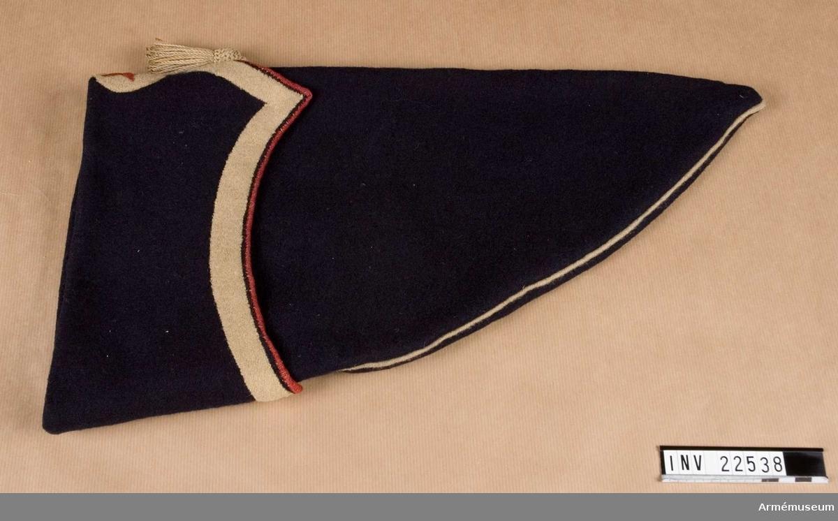 Grupp C I. Ur uniform, lilvplagg m/1838, för manskap vid Livreg:s grenad- järkår 1838-45. Består av kollet, epålett, skärp, byxor, lägermössa, patronkök, bandolärrem, axelgehäng, huggare, Damasker saknas. Modellex. enl äldre uppställning.