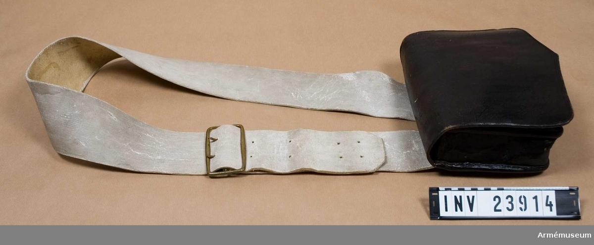 """Grupp C I. Ur uniform 1765-79 för manskap vid Södermanlands regemente. Denna består av: rock, väst, byxa, mössa, skor, halsduk, strumpor, patronkök, bandolärrem, livgehäng, skjorta. På baksidan röda sigill och rester av en modelletikett. Bandolärremmen stämplad """"DITZINGER"""""""
