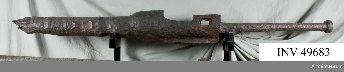 Grupp F 1. Mickhake av smitt järn. Kanonen är liksom AM 49681-2 inrättad för kammarladdning med lös kammare, som dock saknas. Främre delen med tappen saknas. Pjäsen påträffades några fot under jordytan vid gatuläggningsarbeten på Själagårdsgränd vid Tyska Skolgränd i Stockholm hösten 1884. Troligen är den från tiden för Gustaf Vasas befrielsekrig, alltså från början av 1500-talet.