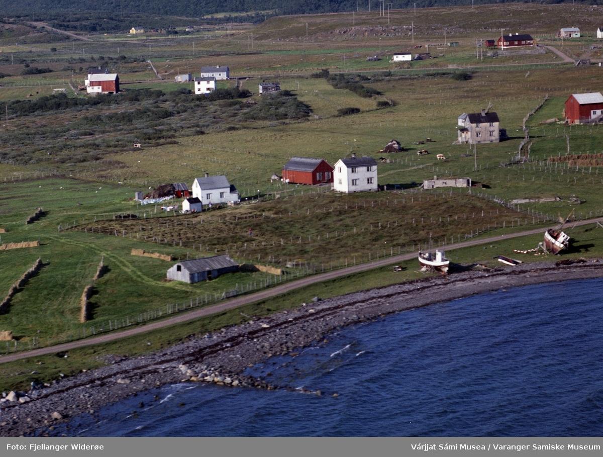 Flyfoto av Unjárga / Nesseby i Unjárgga gielda / Nesseby kommune, 1963. Prestebolig, skole.