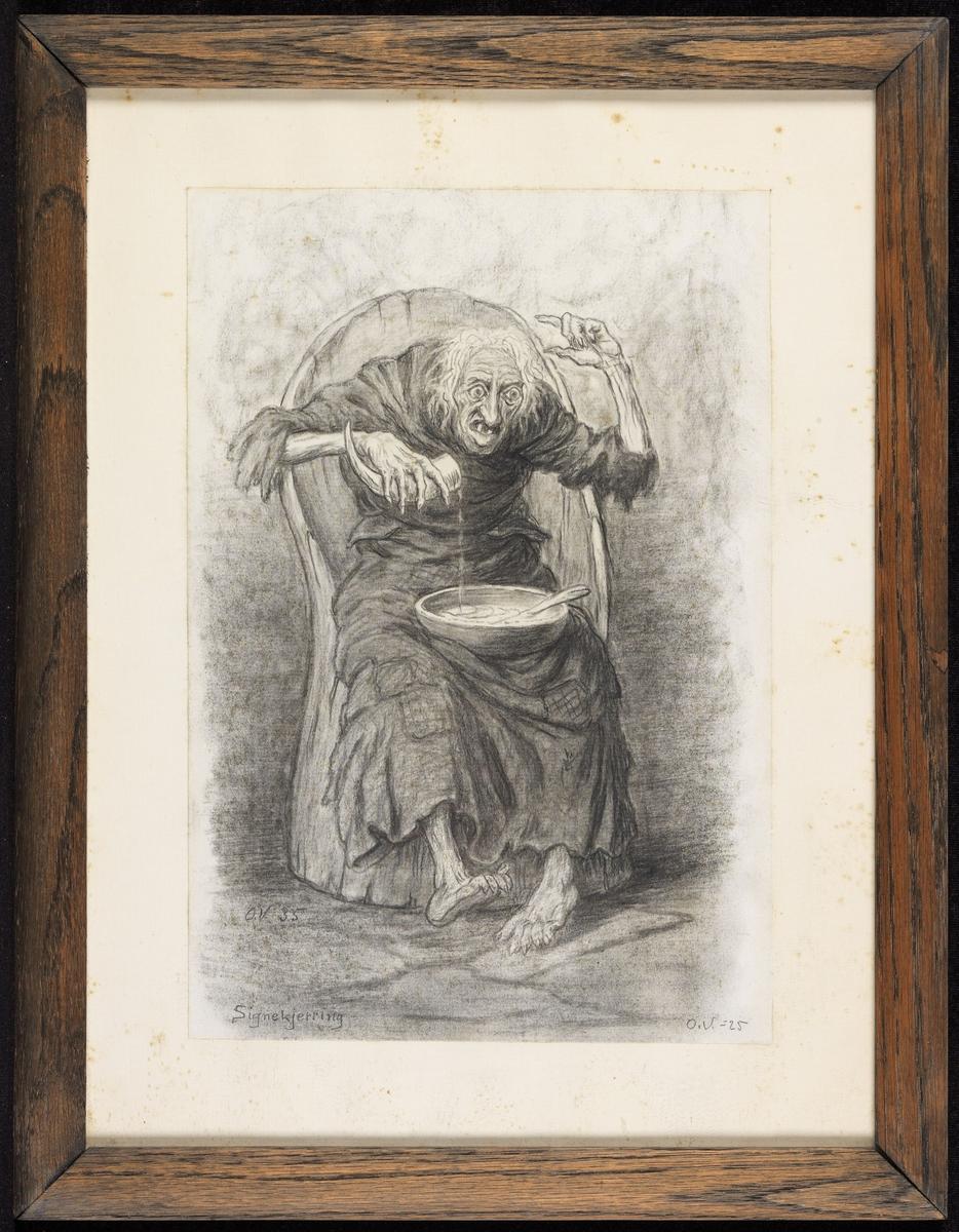 Gammel kvinne sittende i kubbestol, frontal, heller noe f. horn i en bolle i fanget.