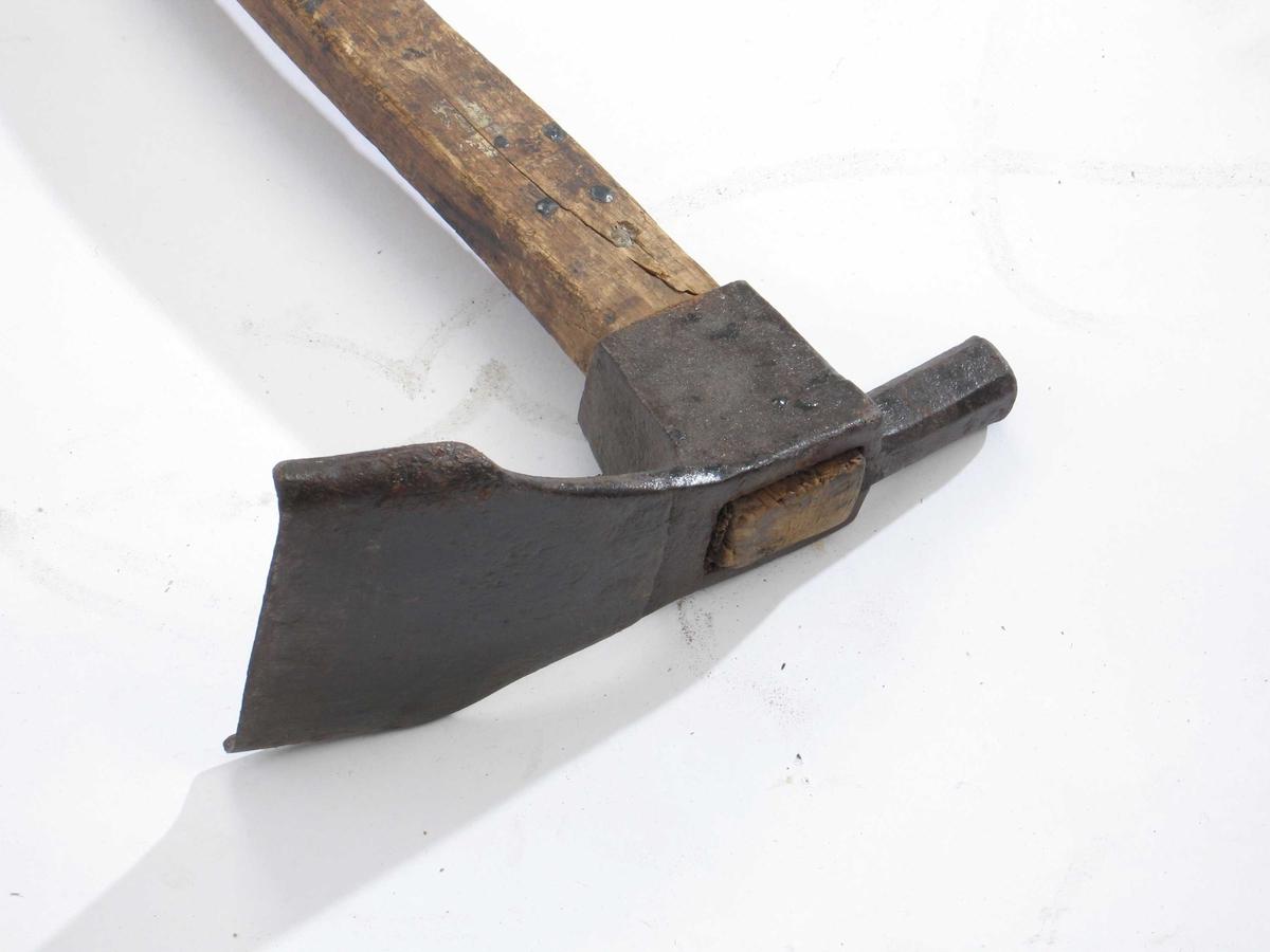 Form: Langt buet skaft med ovalt tverrsnitt,/Bladet er bredt spadeformet