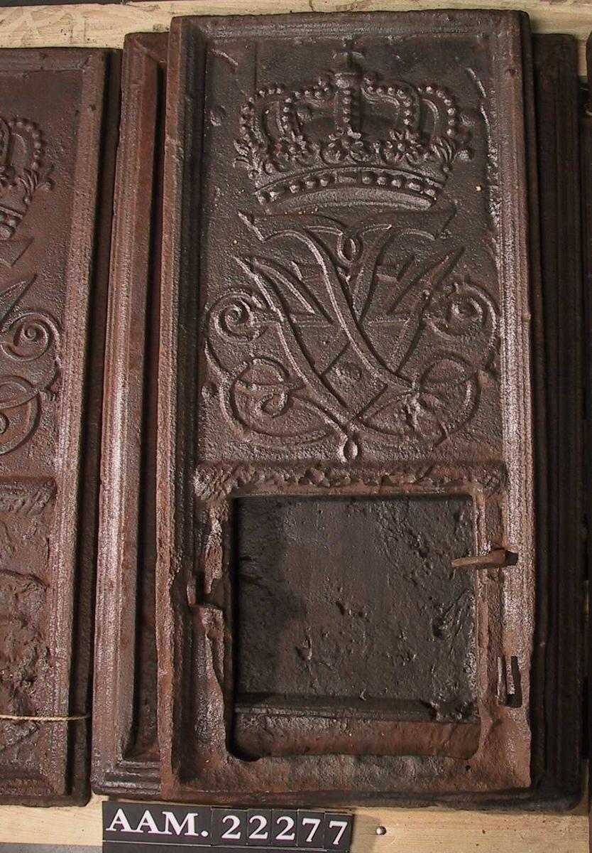 På langsiden  kong Frederik IV`s og dronning Louises brystbilder i profil mot h. i oval laurbærkrans. Nederst tv.: ANNO. Nth.: 17.1(utslitt) Kortside: ØverstF 4 1 kronet speilmonogram, i nedre felt den norske løve.