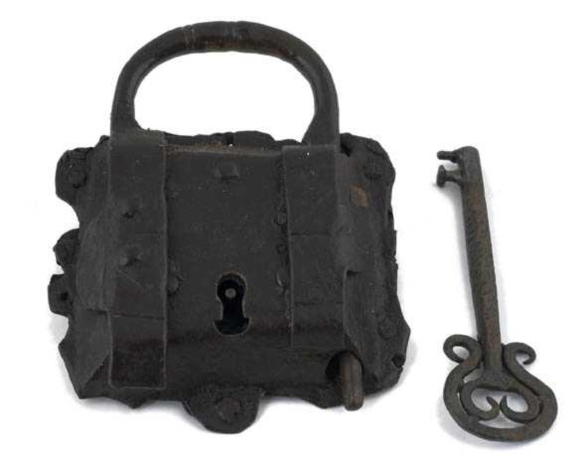 Form: Bøyle festet i rektangulær låskasse.