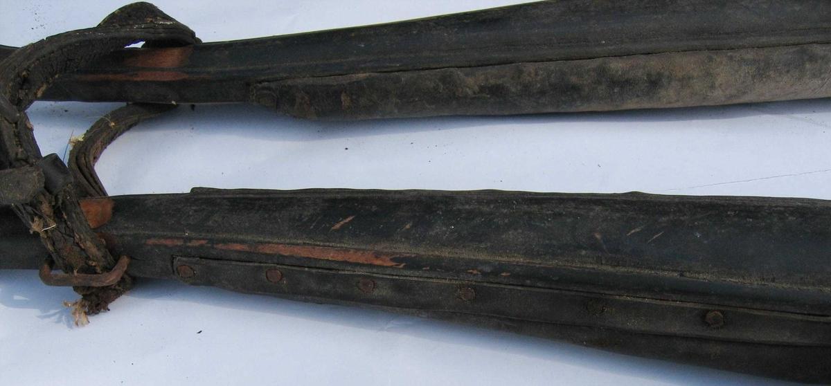 Mer eller mindre komplett framsæle, bogtre og høvre samt remmer. Bogtre med fast pute. Høvre er smidd, trukket med lær (for det meste ødelagt) og med detaljer støpt i messing. En del remfester er sydd med fletting av lærsnor. Fra høvre går to enkle og en kløftet rem bakover. De er festet ved høvreballene. I tillegg til bukgjorden er det stropper for dragene.
