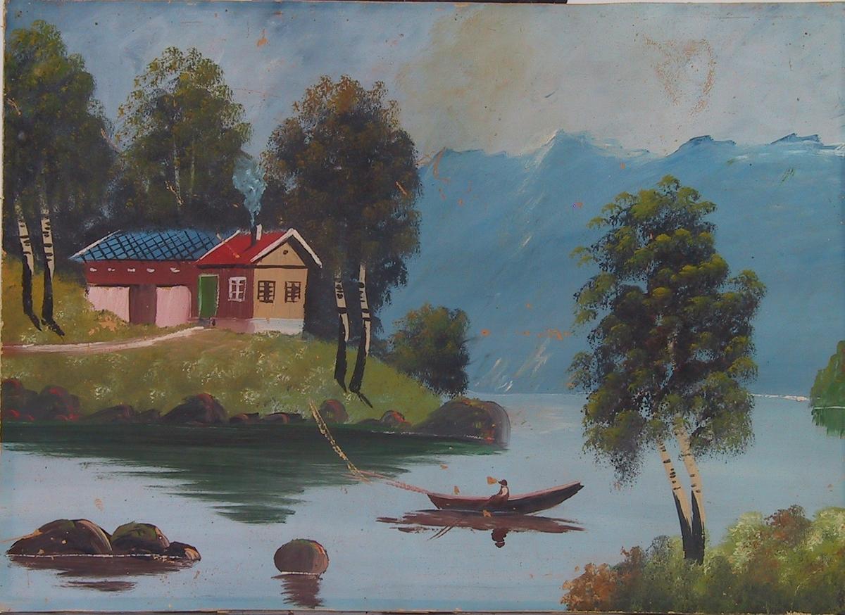 Landskap, to hus på et nes i et vann, bjørketrær, pram, mann som fisker, blå fjell i bakgrunnen.