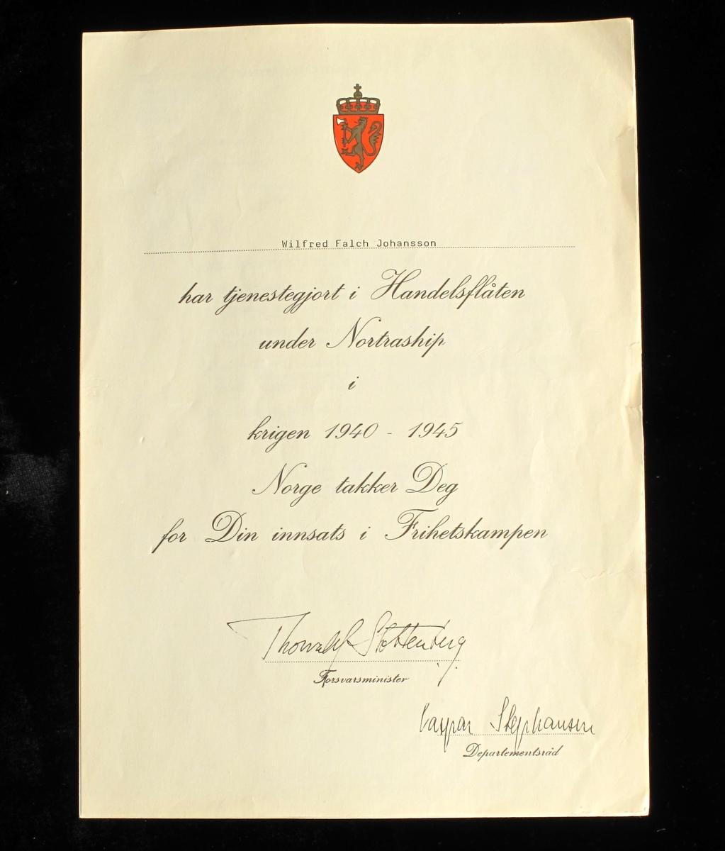Medalje i bronse. På adversen portrett av monark, med navn og valgspråk. På reversen krans med tekst, kongens monogram og korslagte eikegrener. På toppen av medaljen står kongens  monogram. Kong Haakon VIIs bilde, navn og valgspråk, benyttet for tildelinger for innsats under andre verdenskrig også etter kong Haakons død.  Båndet  i fargene rødt og gult, fargene fra Norges riksvåpen og kongeflagg.   Medaljen med kong Haakons portrett ble først produsert hos firmaet Spink & Son i London under andre verdenskrig. Etter krigen fant produksjonen sted ved firmaet J. Tostrup I Oslo.   Sammen med medaljen følger det et diplom, undertegnet av kongen.  DELER: a) Medalje  b) Etui  c) Diplom, signert av Forsvasministeren