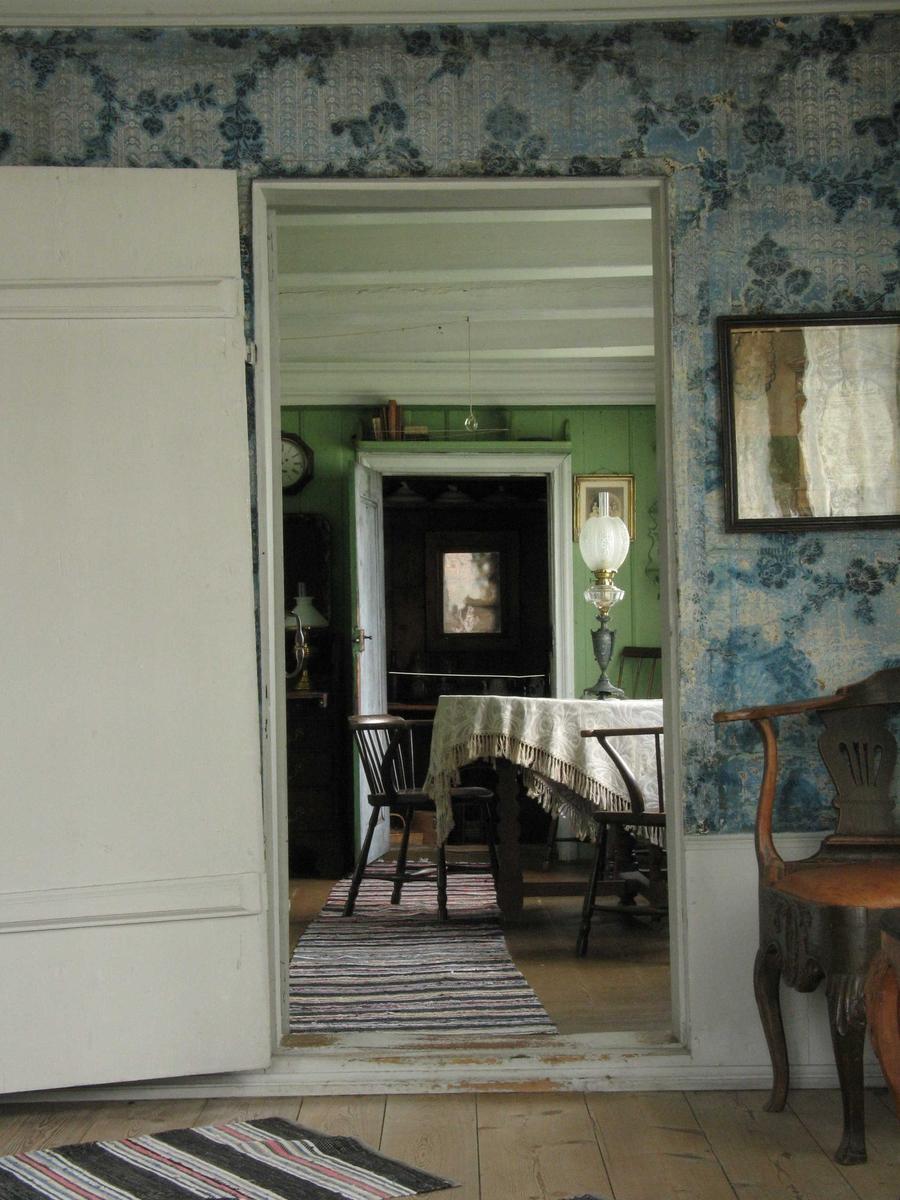 Merdøgaard. Interiør, dagligstua, sett gjennom åpen dør fra storstua.