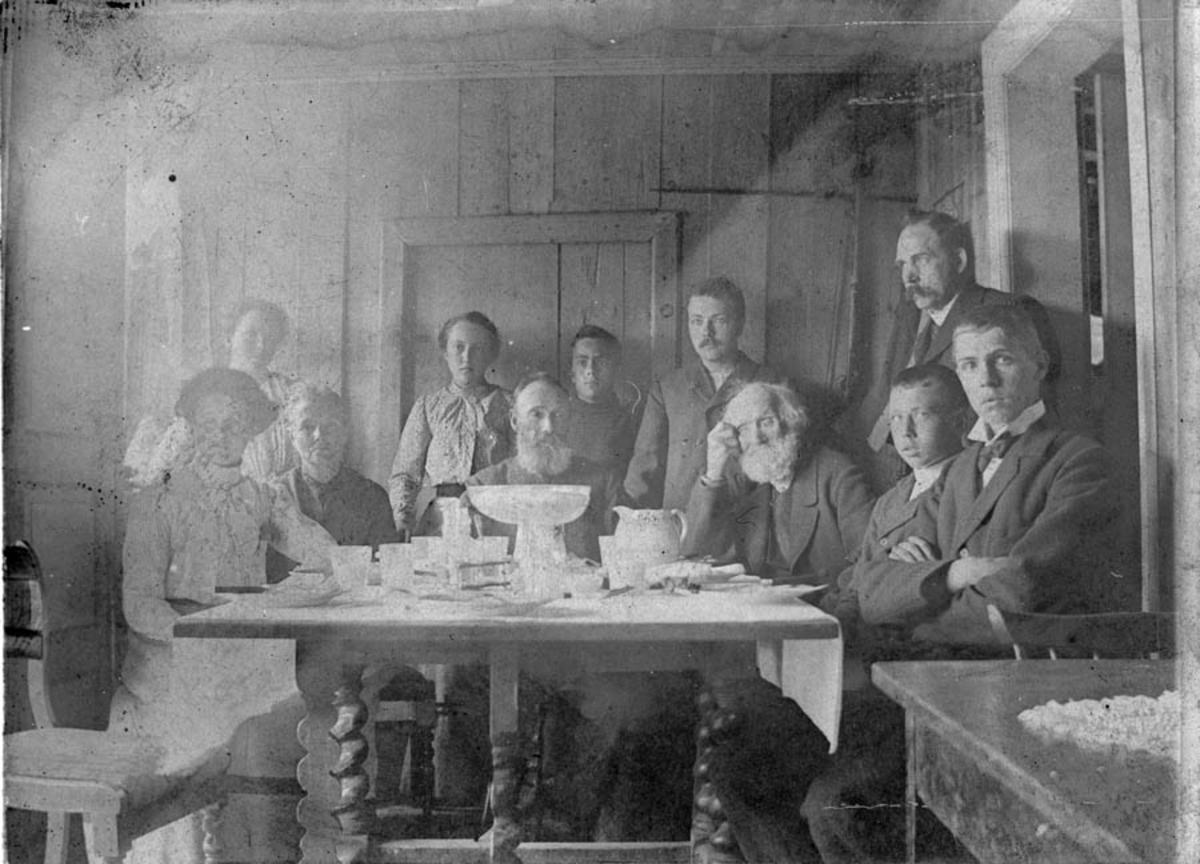 Familiesamling rundt oppdekket bord- stuegangen på Thoug