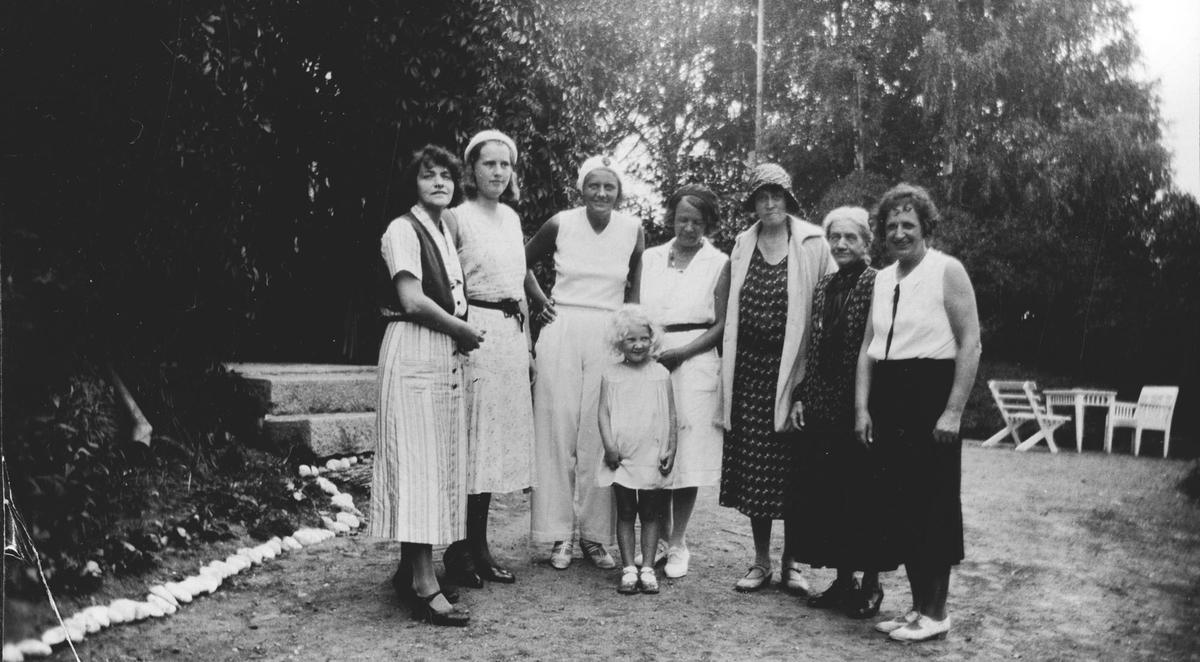 7 kvinner. 1 jente i haven