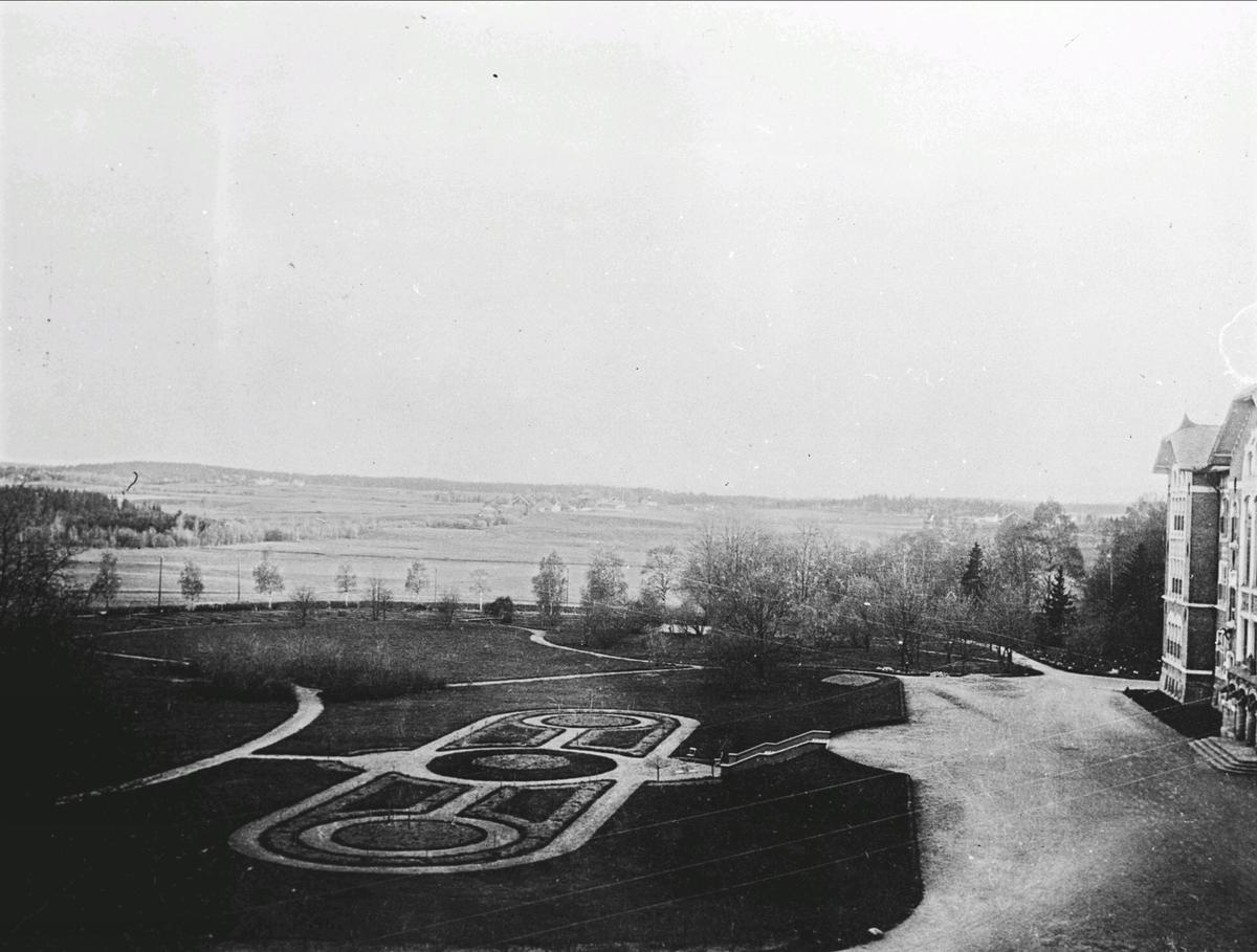 Det første hageanlegget foran den gamle undervisningsbygningen, NLH