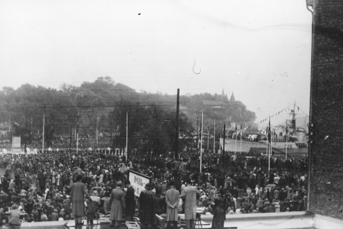 Frigjøringsfeiring i Oslo. Masse publikum samlet på plassen mellom Rådhuset og Akershus festning.