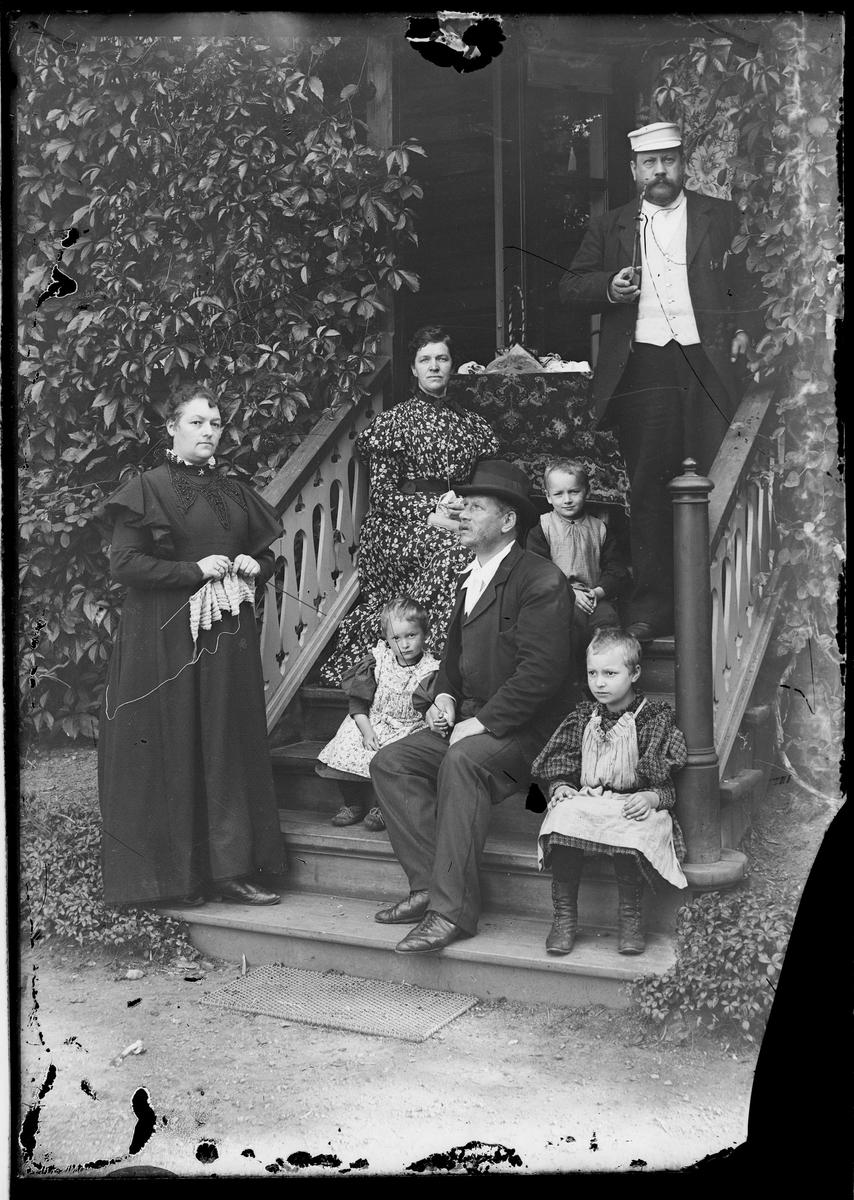 Familiebilde på trappa ute. Familien Grann-Meyer