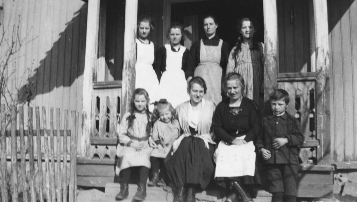 Familien på trappa på Visperud.
