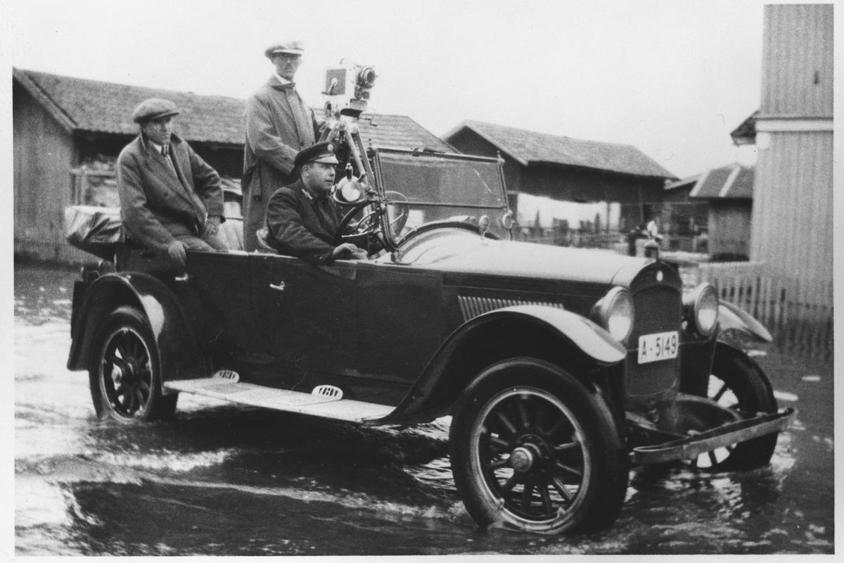 Fra flommen i 1927. Bil med tre personer.