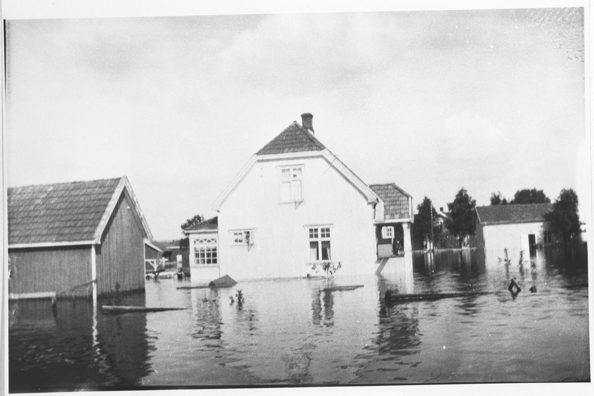 Hus omgitt av vann.
