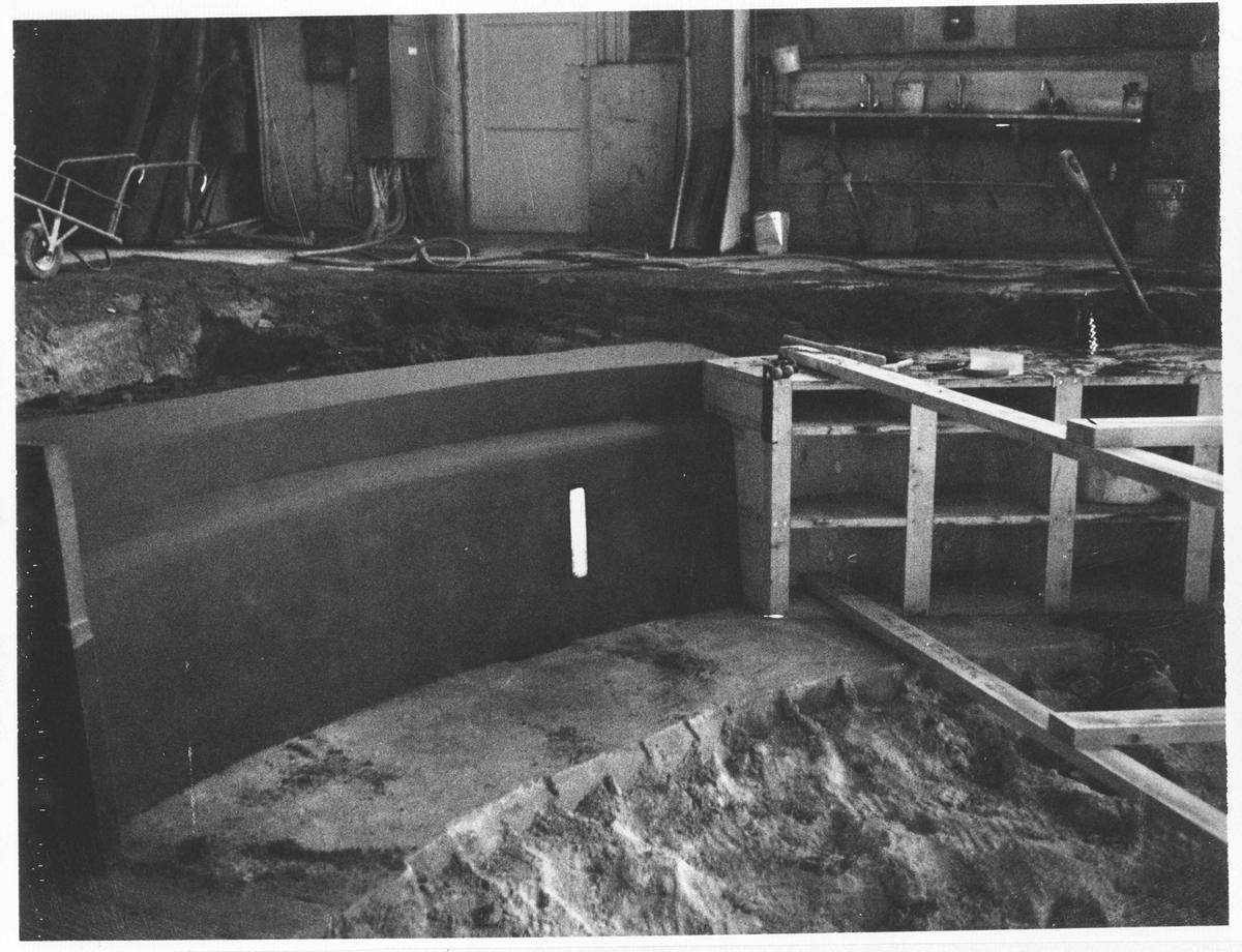 Strømmens Verksted Støping av Fracisturbin. Trekking av form i støpegropa. Trekonstruksjonen er festet til en aksel midt i gropa, slik at kanten formes når apparatet trekkes rundt. (Bildenummerene følger ikke arbeidsgangen.)