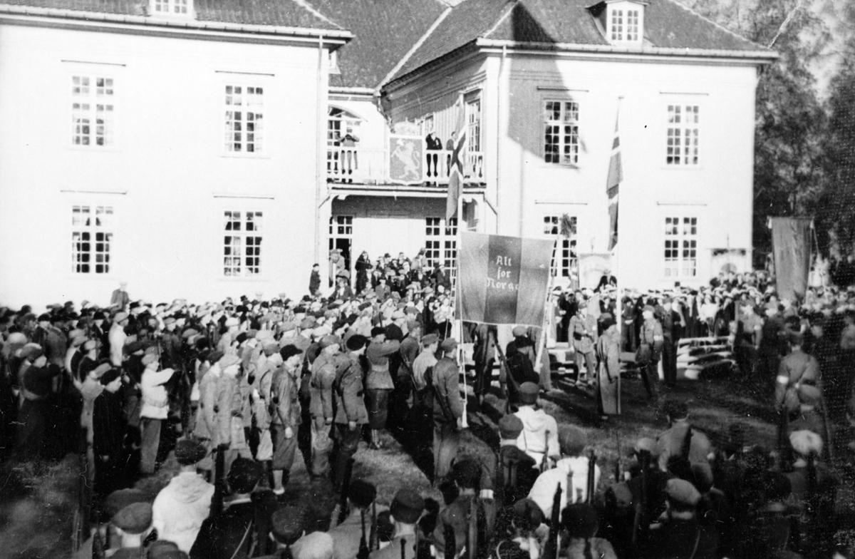 Hjemmefronten utenfor Eidsvoldsbygningen, ant. 17. mai 1945.
