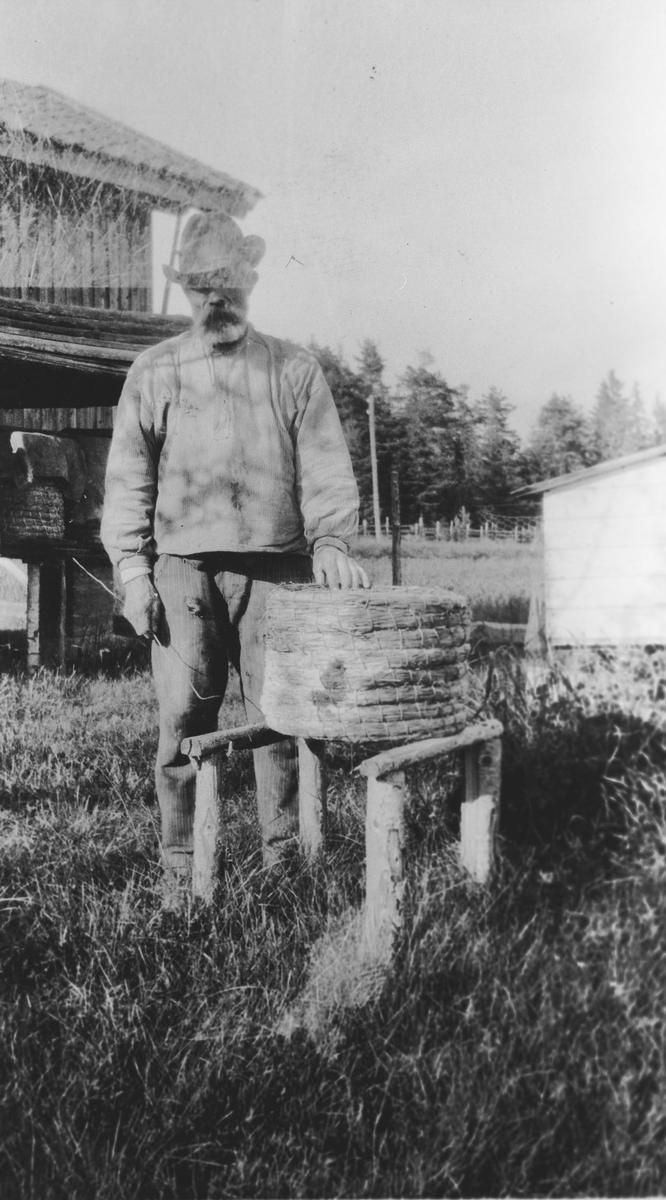 Bernt Taraldsen med bikube.