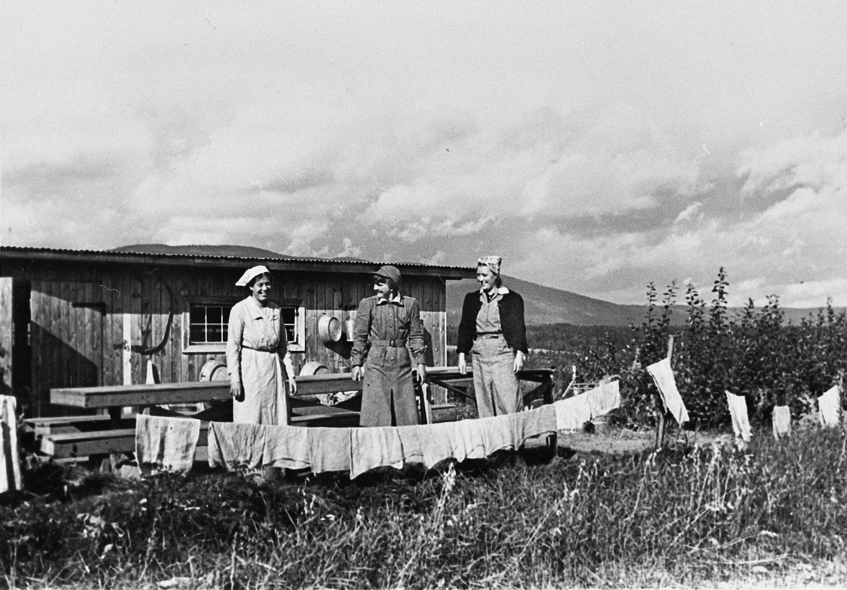 3 kvinner vasker klær.