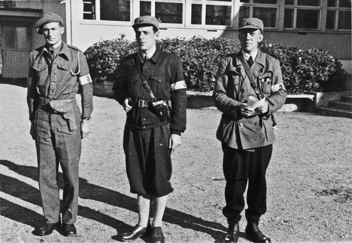 3 fra Hjemmestyrkene utenfor Romerike Folkehøyskole. Alv Elvetun (?) til venstre.