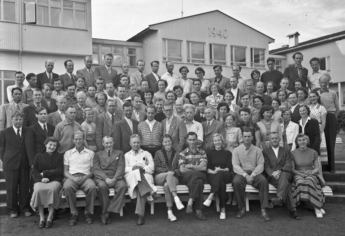 Gruppe utenfor Romerike Folkehøyskole. Nr. 4 fra v. foran: bestyrer Erling Østerud. Nr. 2 fra høyre: lærer Thomassen fra Eidsvoll.