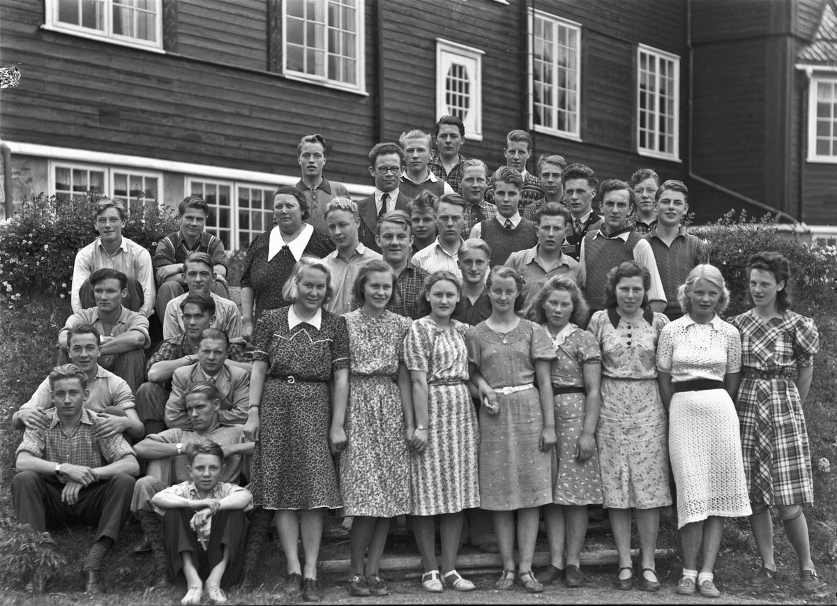 Gruppe ungdommer utenfor Eidsvoll Lansgymnas.