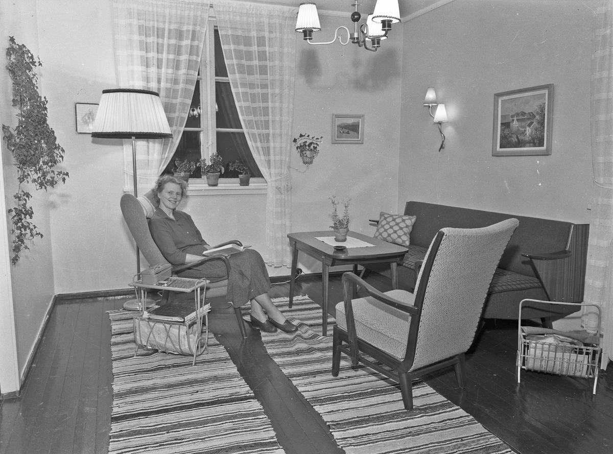 Kvinne i en stue.