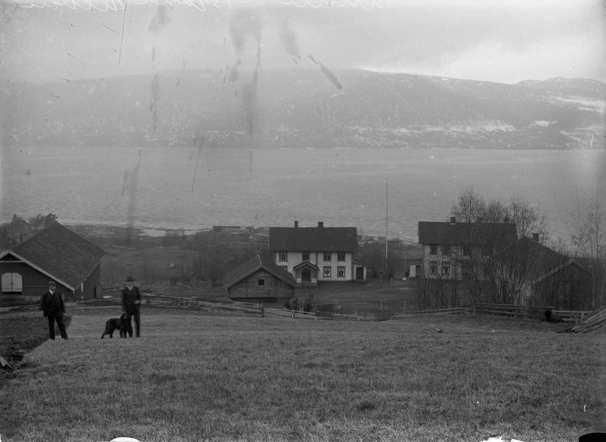 Gårdsbruk - 2 menn med hund 12.04.2013: Dette er Ulvin Søgarn i Eidsvoll. Skrevet av: Trond Gundersen