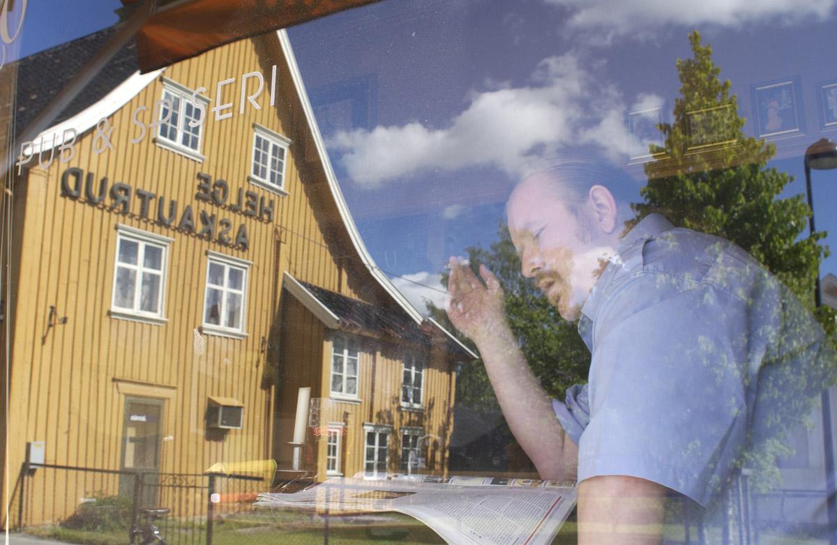 Pubgjest med røyk, øl og avis ses i vinduet til Milde Moses Pub & Spiseri i Drøbak