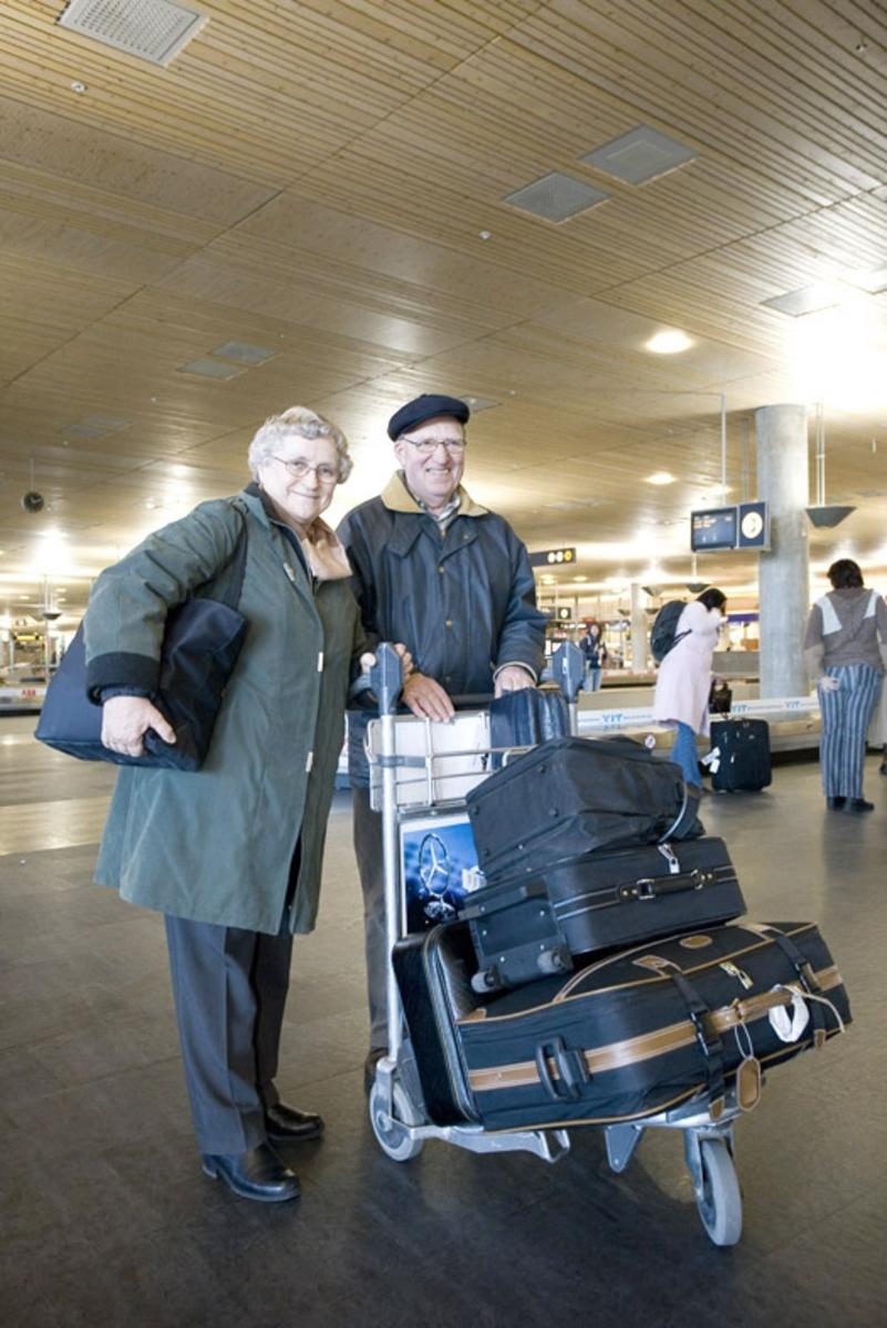 Vesker. Bagasjeutlevering innland. Reisende ektepar med bagasjen sin på bagasjetralle. Fotodokumentasjon i forbindelse med dokumentasjonsprosjekt - Veskeprosjektet 2006 - ved Akershusmuseet/Ullensaker Museum.